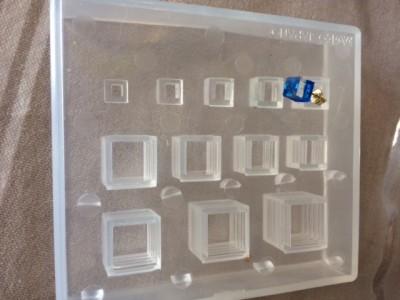 四角いピアスは、四角のシリコン型で作りました。台座のある、ピアス型で付けて硬化しました。