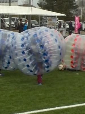 【動画】サッカーイベントでバブルサッカー初体験