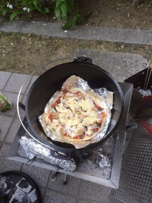 家で簡単手作りピザ!ダッチオーブンでピザを焼く