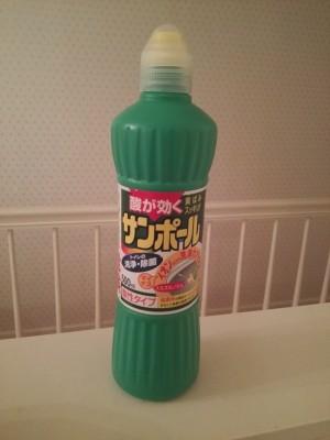 頑固なお風呂の黒ずみにはトイレ洗剤のサンポールが効く!?