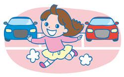 駐車場や道などで気の向くままに走り回る娘