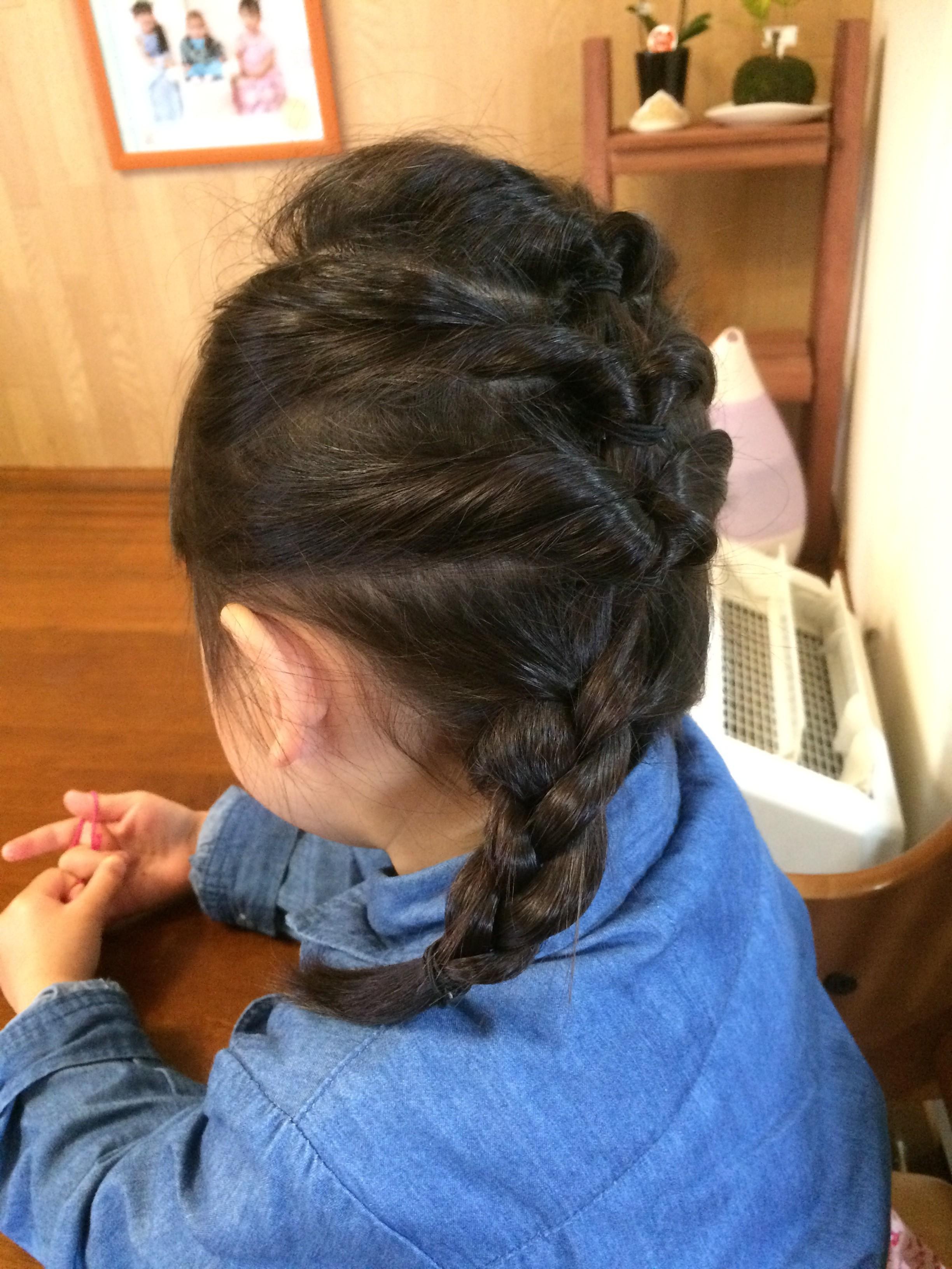 エルサの髪型って後ろで編み込み\u2026 簡単なようで難しいですよね。 子どもの髪の毛ってサラサラしてるし少ないし、  ところどころ短いから編みながらパラパラ落ちてき