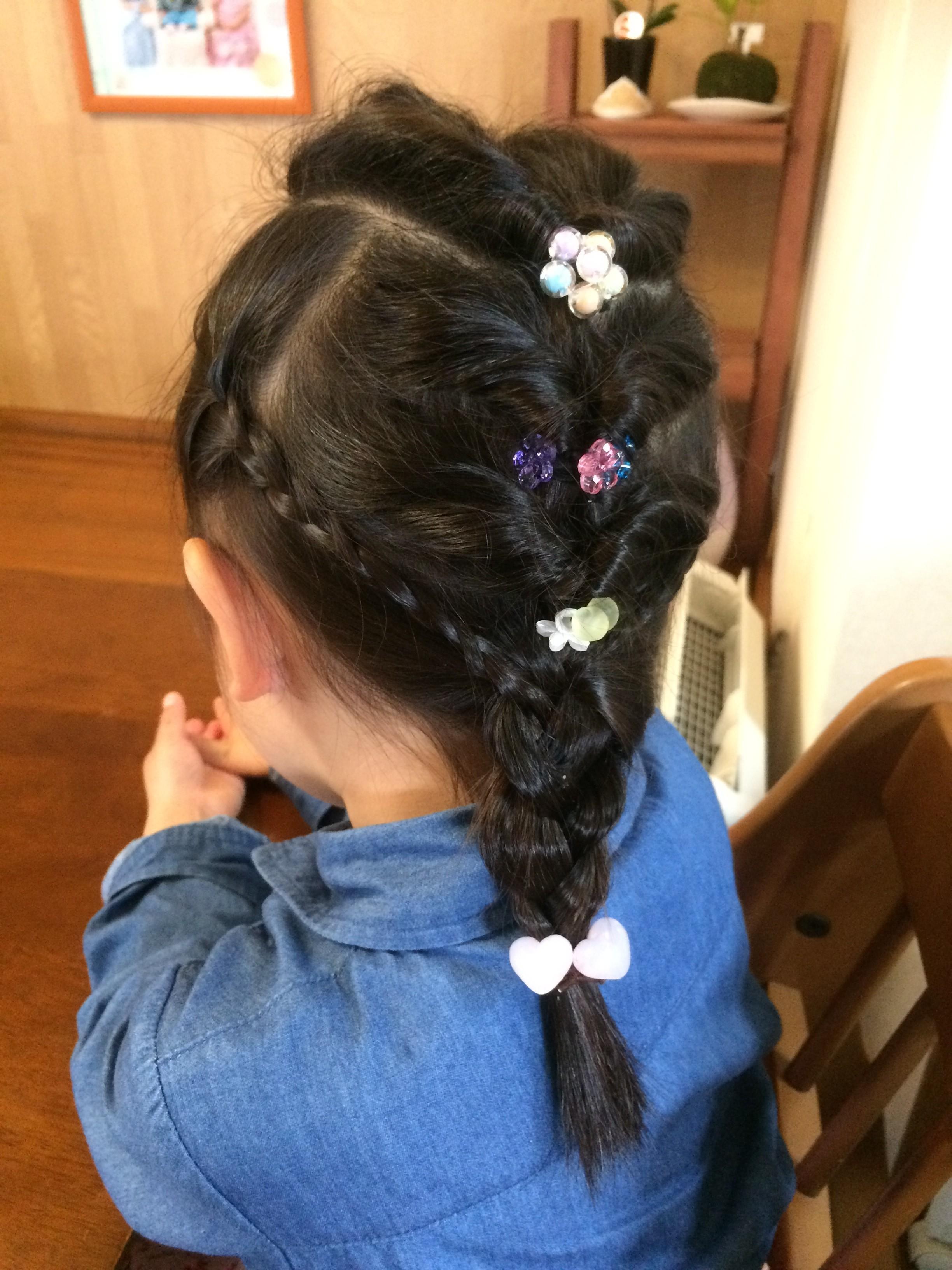 ラプンツェルの髪型もエルサとほぼ一緒。 後ろで編み込みプラス、実はサイドに細い三つ編みもしてるんです。 (私は最近知りました!)
