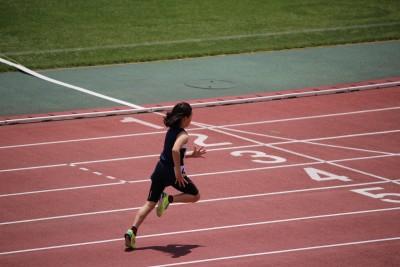 小学生100メートル、50メートルタイムは?小学4年生女子の陸上記録