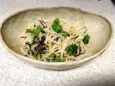 <簡単レシピ>包丁を使わず混ぜるだけ!大葉ともやしのナムル。
