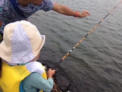 親子ハゼ釣り体験に行ってきました!お魚をつかめる娘にびっくり。