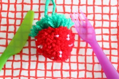 毛糸でイチゴのポンポン 作り方