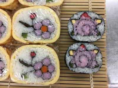 【飾り巻き寿司】文化祭で販売する「椿」と「サザエ」を巻きました。