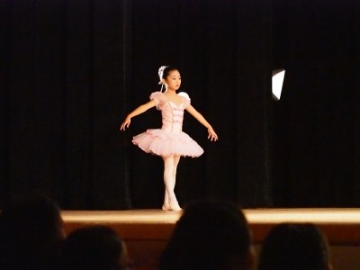 子どものバレエ発表会舞台裏!かかる費用やママの仕事は?
