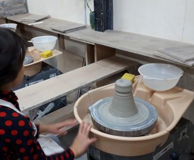 幼児の陶芸体験。電動ろくろを使ってお茶碗作り