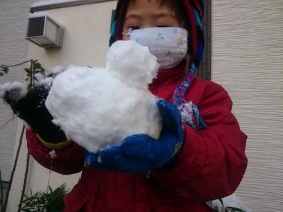 積雪でテンションアップの子どもとダウンの親