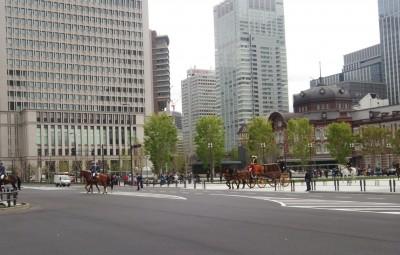 東京駅で馬車に遭遇!〈信任状捧呈式の際の馬車列〉