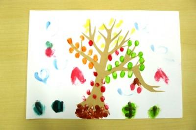 アート活動:フィンガーペイントで木を彩る♪