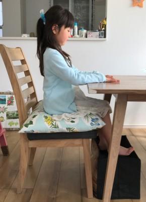 テーブルが高い場合は、クッションを敷いたり足元に箱を置いて足載せにする。