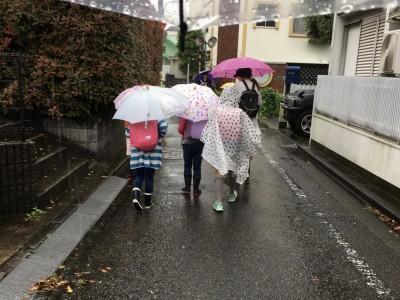 【小学生】ミカヅキモモコのレインポンチョが雨の日に大活躍!梅雨にも期待