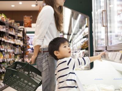 お店や人の物をベタベタ触るクセ、原因は何?