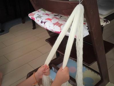 100均毛糸で三つ編み練習 ~子どものおしゃれ心が知育に役立つ!?