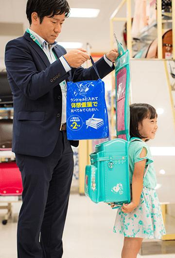 お店では、一般的な5時間授業を想定した約2kgの重さの「体感重量バッグ」を用意。ランドセルに入れて試せます