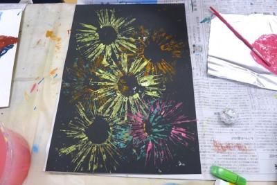 お絵描き♪トイレットペーパーの芯で「花火」を表現☆