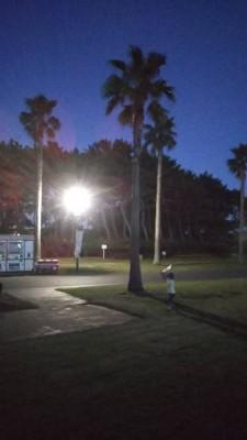 夜7時の公園で野球です!