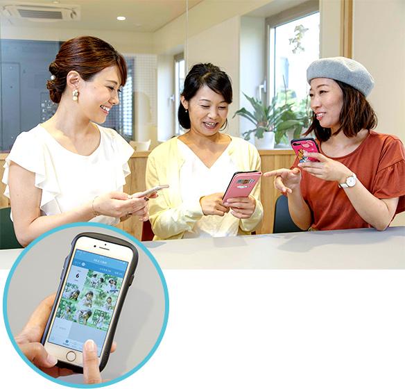 さっそく「ALBUS」アプリをダウンロードするあんふぁんメイトの原瑠美さん、砂見一美さん、副島千春さん