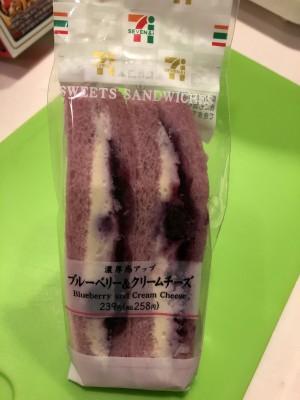 【セブンイレブン】ブルーベリークリームチーズサンド