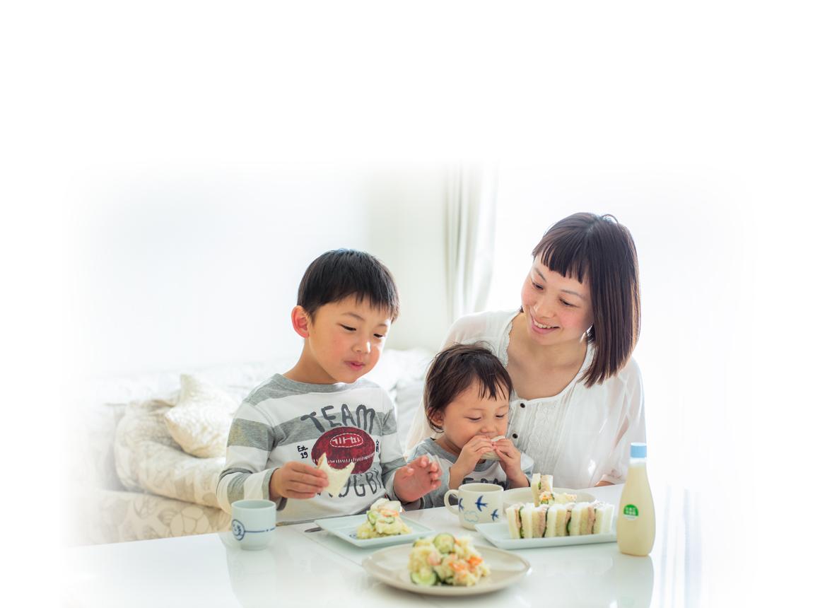 「キユーピー エッグケア」で作った「ツナときゅうりのサンドイッチ」「ポテトサラダ」。[右から]今村ちとせさん(34歳)、映月(はづき)くん(2歳)、映斗(えいと)くん(5歳)