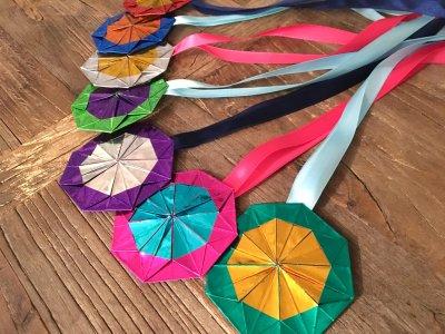 手作りピカピカメダルに子ども大喜び!両面ホイル折り紙がセリアで買える!