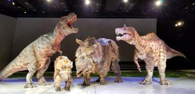 もし恐竜に会えたらあなたはどうする?目の前で動きまわり、噛みつこうとするのはホンモノ!?