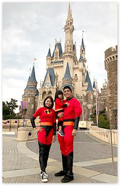 家族みんなヒーロー衣装でシンデレラ城前で記念撮影!