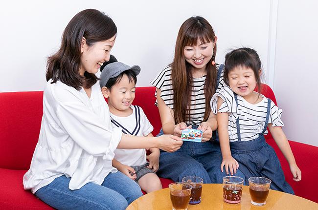 吉村一美さん親子(写真右)、成毛香月さん親子(写真左)