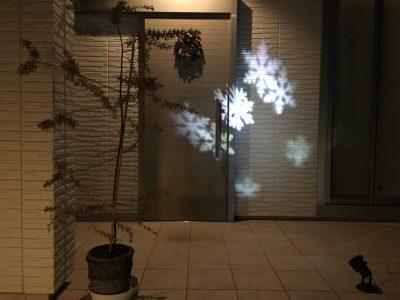 可愛い!自宅で【プロジェクターライト】使用のクリスマスイルミネーション