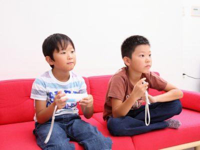 友達を家に呼びゲームばかり…小2息子の甘えた要求にどうすればいい?